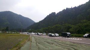 モネの池を見にきた観光客の車がいっぱい。