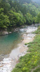モネの池のそばにある板取川がすっごく綺麗!