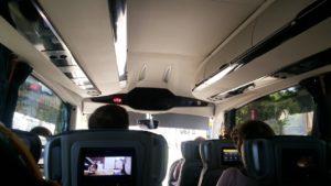 バスの中は清潔で快適。モニターも付いている。