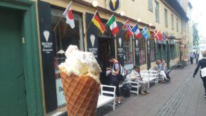 ヘルシンガーの有名なソフトクリーム屋さん「Brostræde Is」