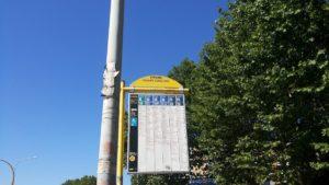 b&b前のバス停にて。二日目の朝は晴天!