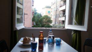 窓からはローマの住宅地が見える