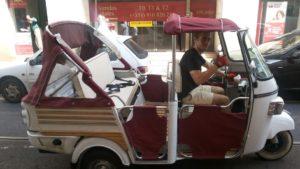 トゥクトゥクのような三輪タクシー