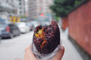 台湾風おにぎり(紫米飯糰)