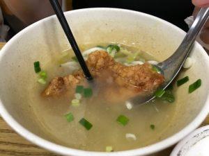 台湾人の排骨麺の食べ方