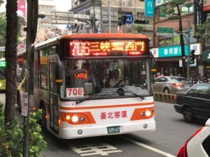 台湾の街中を走るバス