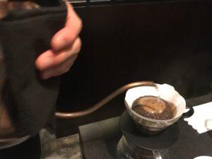 店員さんがコーヒーを淹れているところ②