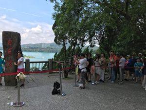 この碑の前で写真を撮ろうとする中国人でごった返し