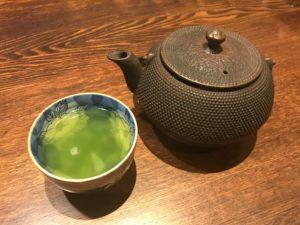急須は南部鉄器で、お茶は緑茶でした。