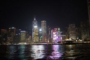 船上から香港島を眺める