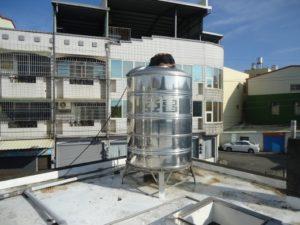 住宅に取り付けられている貯水タンク(水塔)
