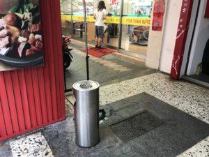 店の入り口付近にある灰皿