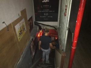 入り口の向こうには地下へとつながる階段が・・・!