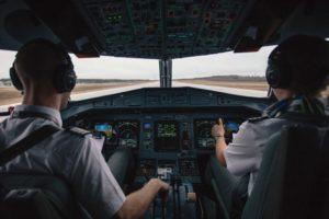 パイロットも私たちと同じで、無事に帰宅して家族と食事がしたいはずだ。