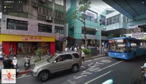 人がたくさん並んでいる場所がバス停