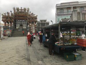 お寺の前に移動販売車が来る