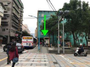 矢印の場所がバス停。