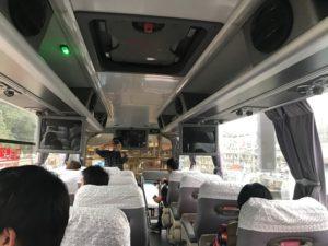 旅行ツアーのバスにて