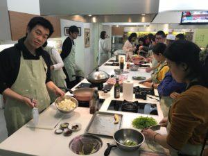シェフの実演の後は、いよいよ調理開始!