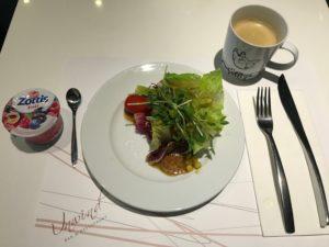 最近お腹周りの肉が気になるので、朝はとりあえずサラダとヨーグルトで軽く済ます。