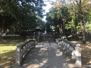 表参道をまっすぐ歩いて行くと、橋がありました。