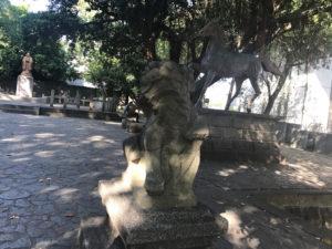 今でも狛犬の像は残っています。