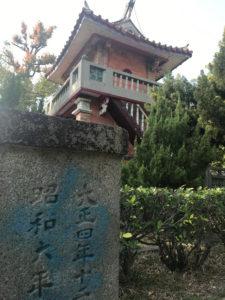 日本の石碑と、中華風の建築のコラボ写真