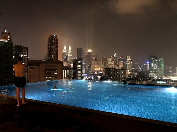 屋上階はプールになっている