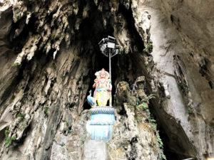 洞窟の入口にあるモニュメント