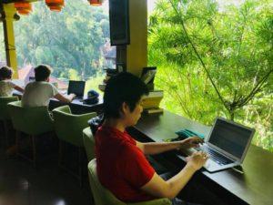 ウブドの森カフェで、1杯150円のマンゴージュースで5時間くらい仕事する。