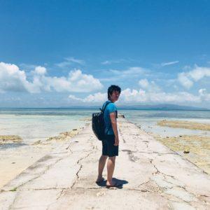 沖縄の雄大な自然をバックにキメ顔で写真を撮ってしまうアタシ