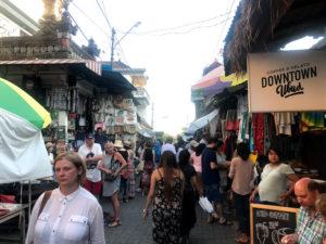 王宮側から見たウブド市場の入口
