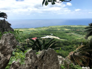 沖縄最北端から鹿児島県与論島を望む
