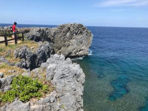 沖縄最北端の辺戸岬にて。目と鼻の先に鹿児島の与論島がある。