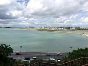 瀬長島からは飛行機の離発着を眺めることができる