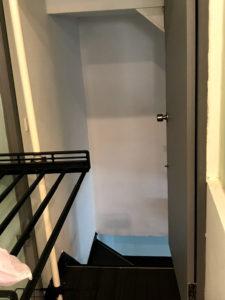 部屋の隅っこに地下室へのドアが