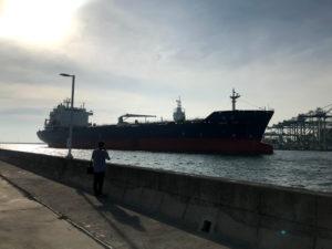 紅毛港には毎日大型船が出入りしている