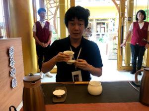 茶道体験中のわたし