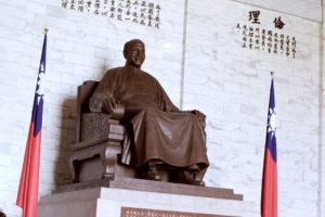 台北にある中正紀念堂。蒋介石の像がある。