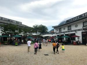 飲食店が集まる広場