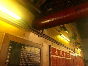 お寺の内部はかなり黄ばんでいる