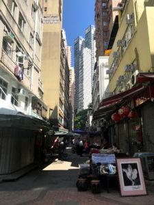 見上げると香港のビル群