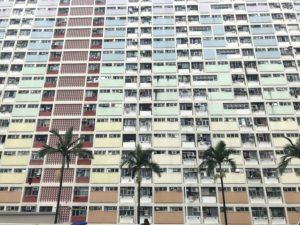 四方を虹柄のマンションで囲まれている。