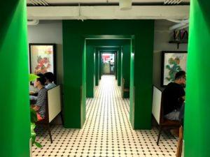 レストランはたくさんの個室に区切られている
