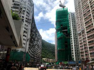 左のカーブしたビルが「海山楼」