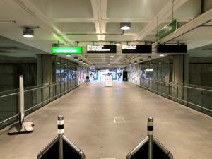 エスカレーターで地下1階まで行く