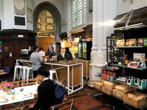 ロンドンの教会カフェには勉強してる人もいた