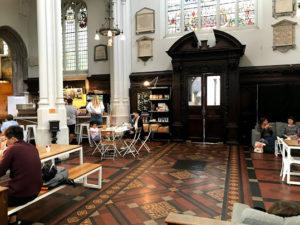 ロンドン・教会カフェの内装を逆側から