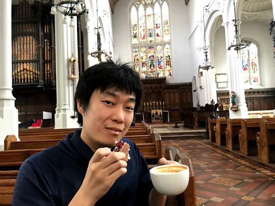 ロンドン・教会カフェでカプチーノを飲む私