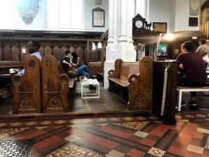 ロンドン・教会カフェの内部。礼拝の椅子も席になっている。